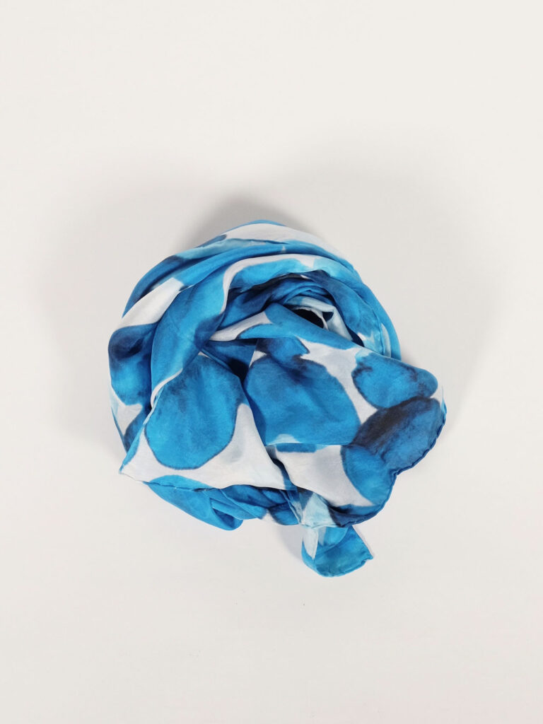 fair produzierter bedruckter Seidenschal inkdrops weiß/blau