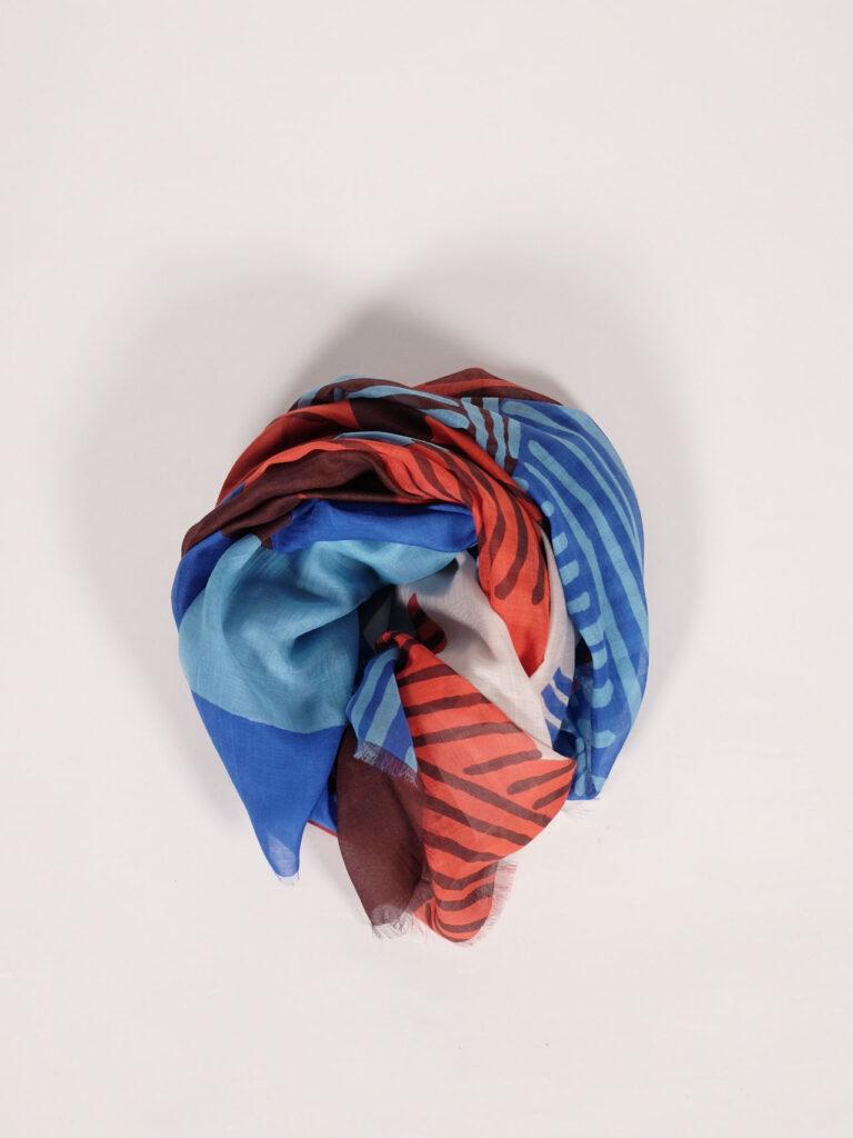 großer, weicher Schal aus Biobaumwolle und Seide mit grafischem Druck in sanften Rot- und Blautönen