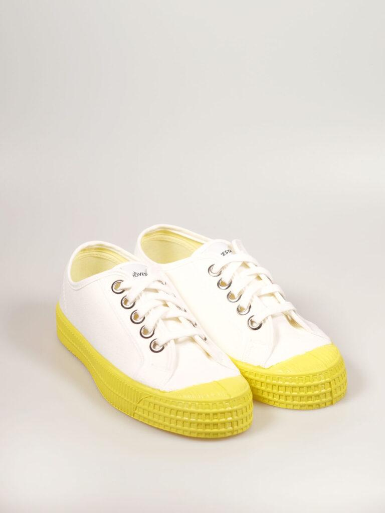 Sneaker aus Segeltuch mit vulkanisierter Naturkautschuksohle, Metallösen und Einlegesohle, Farbe weiß mit gelber Sohle