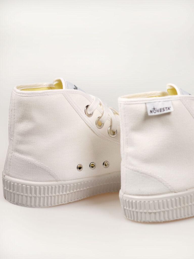 hoher Sneaker aus Baumwollcanvas mit vulkanisierter Naturkautschuksohle, Metallösen und anatomisch geformter Einlegesohle, Farbe weiß