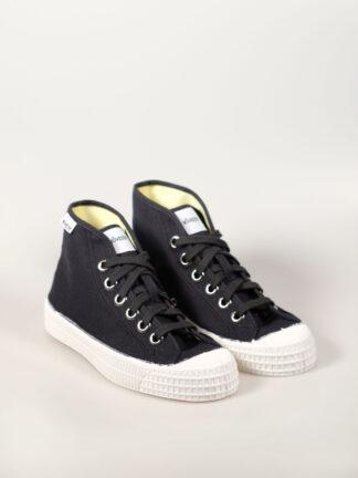 hoher Sneaker aus Segeltuch mit vulkanisierter Naturkautschuksohle, Metallösen und Einlegesohle, Farbe schwarz mit weißer Sohle