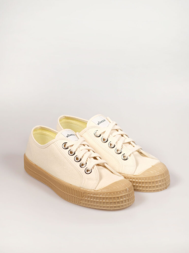 flacher Segeltuchsneaker mit vulkanisierter Naturkautschuksohle, Metallösen und Einlegesohle, Farbe beige