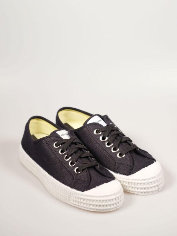 flacher Segeltuchsneaker mit vulkanisierter Naturkautschuksohle, Metallösen und Einlegesohle, Farbe schwarz