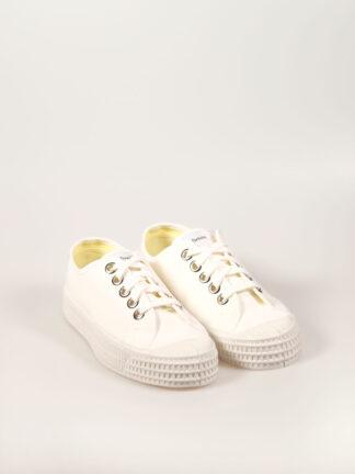 weißer Sneaker aus Segeltuch mit vulkanisierter Naturkautschuksohle, Metallösen und Einlegesohle