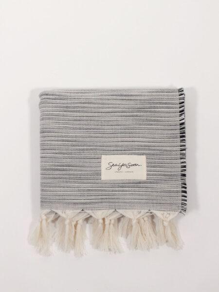 Strandtuch aus Baumwolle und Tencel mit feinen Streifen, schwarz/weiß