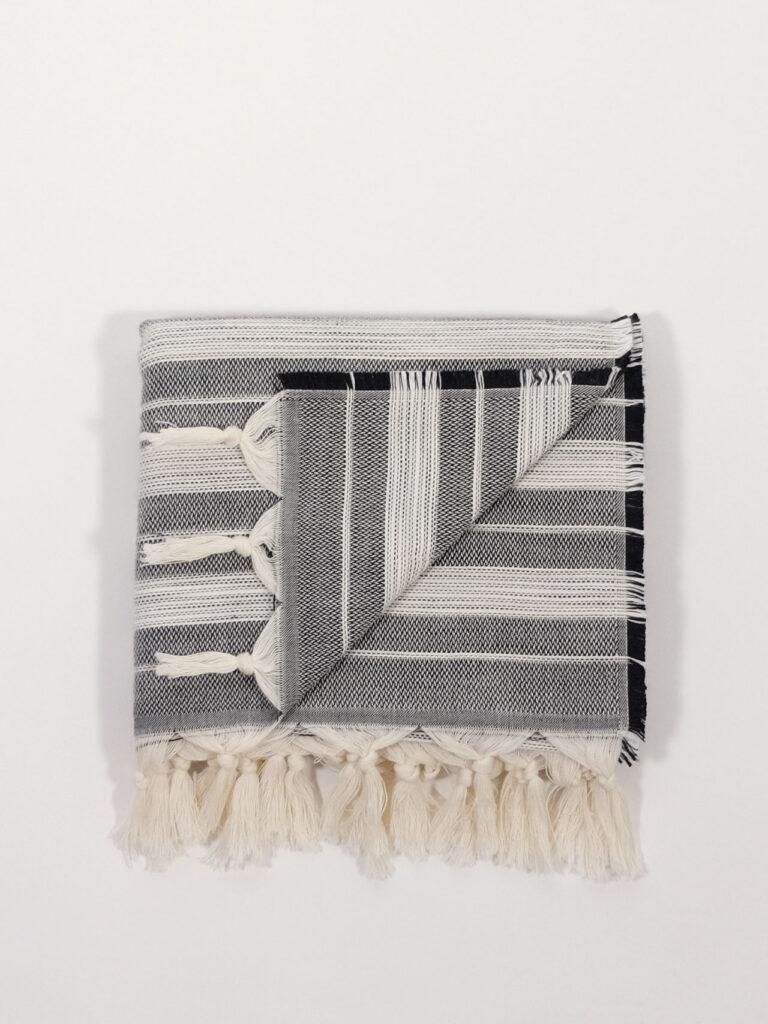 gestreiftes, handgewebtes Strandtuch aus Baumwolle und Tencel, schwarz/weiß