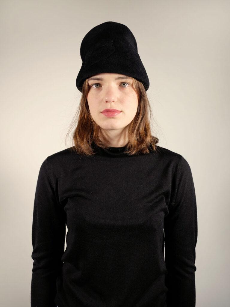 handgearbeitete Toque aus Haarfilz in schwarz