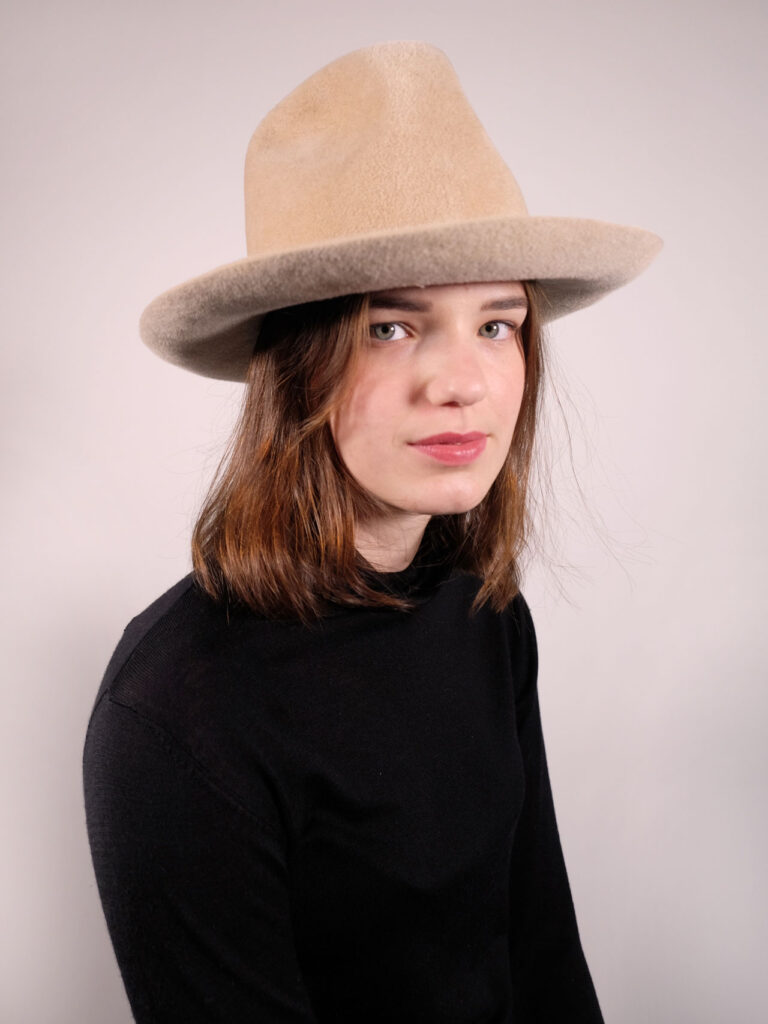 handgearbeiteter Hut aus Haarfilz in der Farbe kaschmir