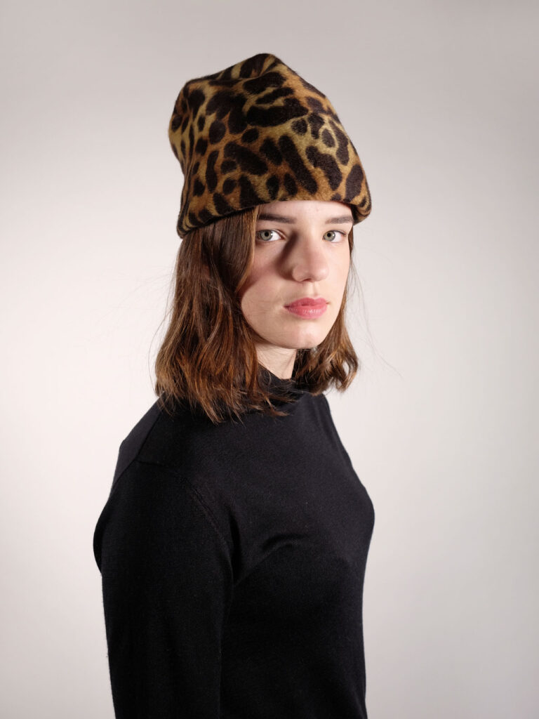 handgearbeitete Toque aus haarfilz mit animal print