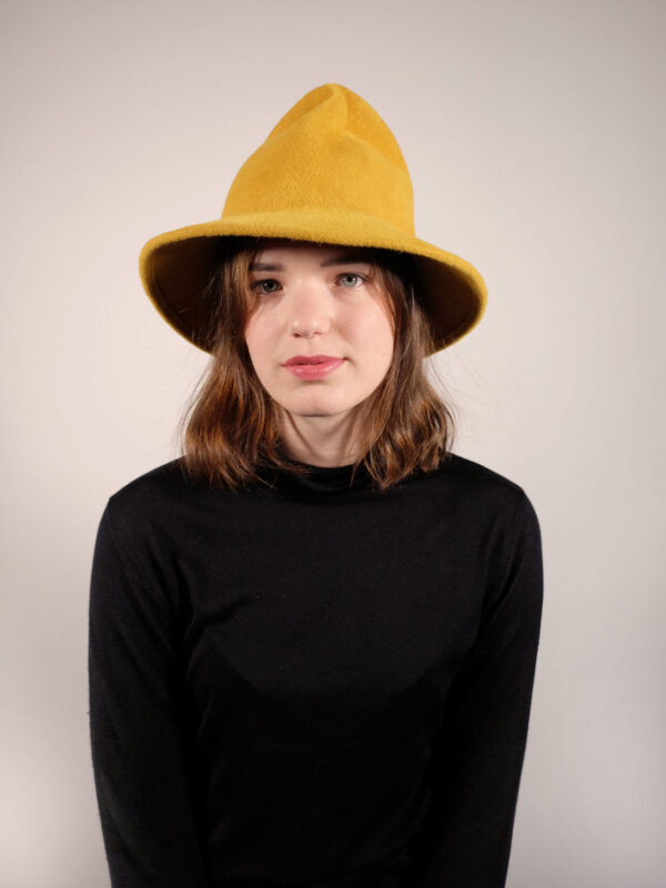 handgearbeiteter Hut aus Haarfilz gelb