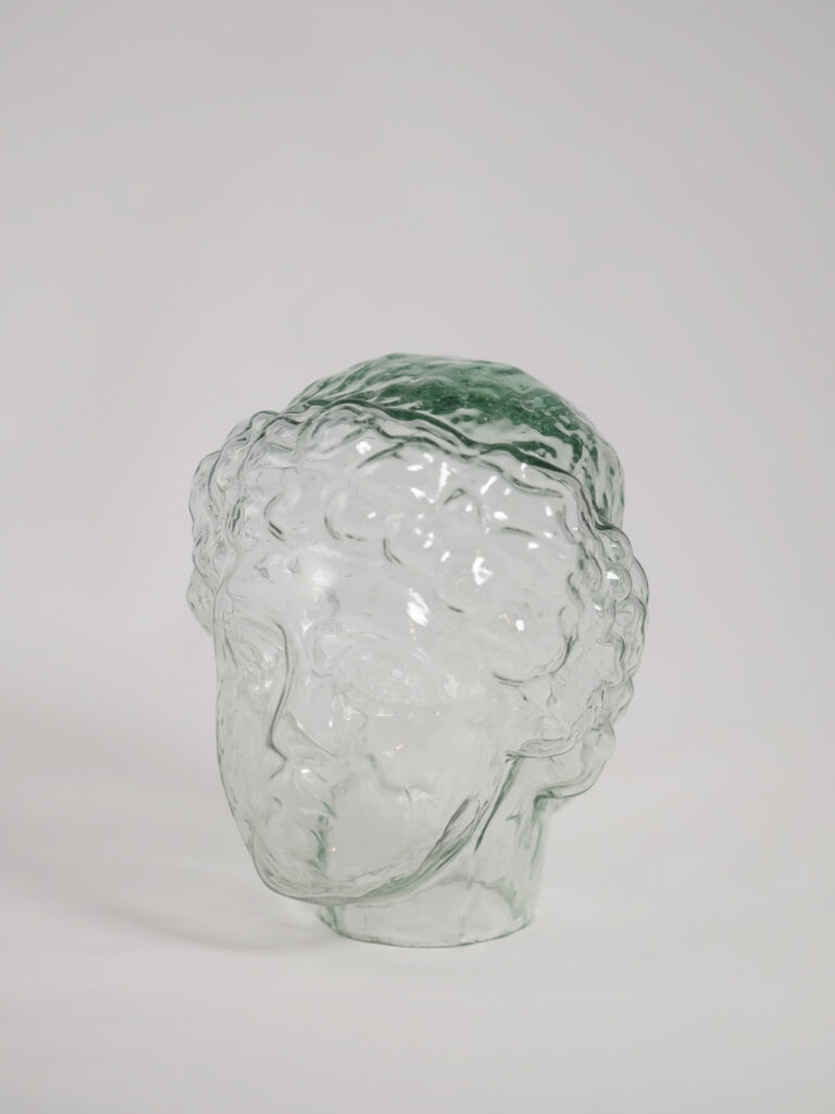 mundgeblasener Kopf der Athena aus recyceltem Glas