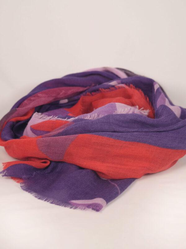 mit bunten Motiven bedruckter Wollschal in rot lila Tönen