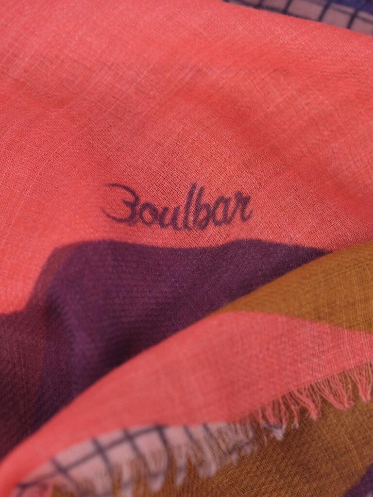 Gewebter fair produzierter Wollschal mit mehrfarbigem Grafikdruck, safran, pink.