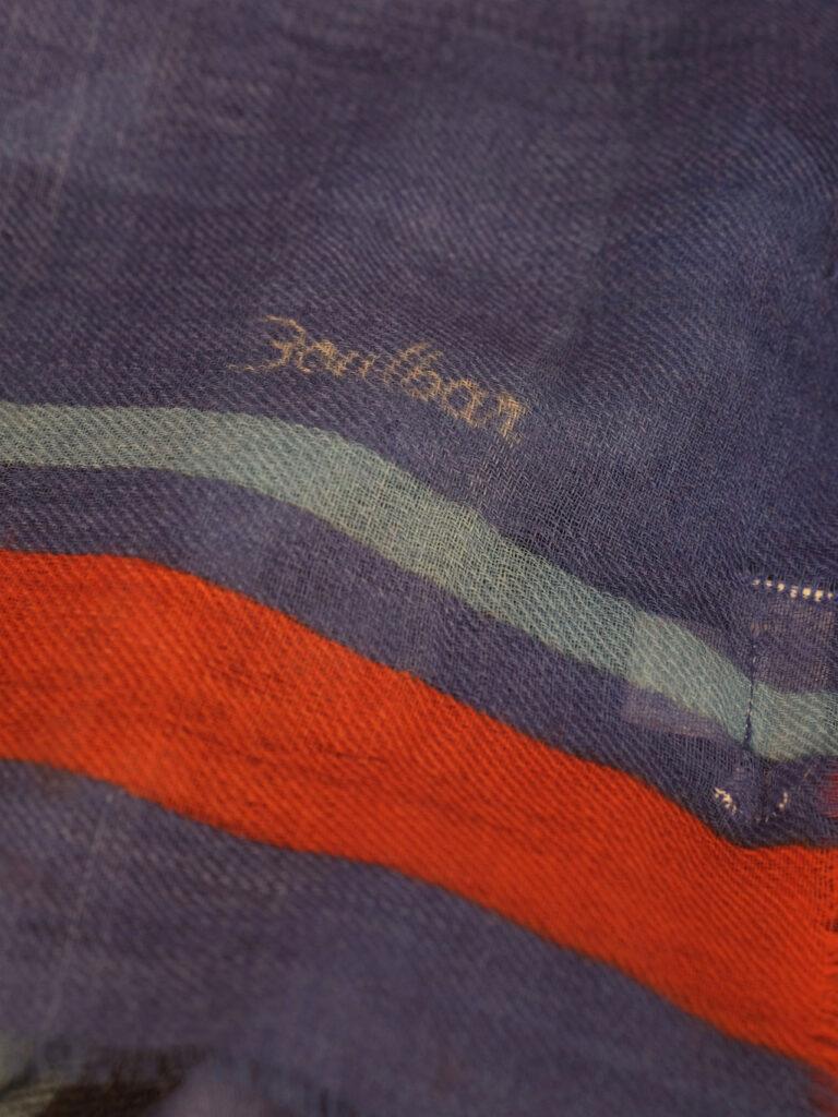 Gewebter Wollschal mit mehrfarbigem Grafikdruck blau rot