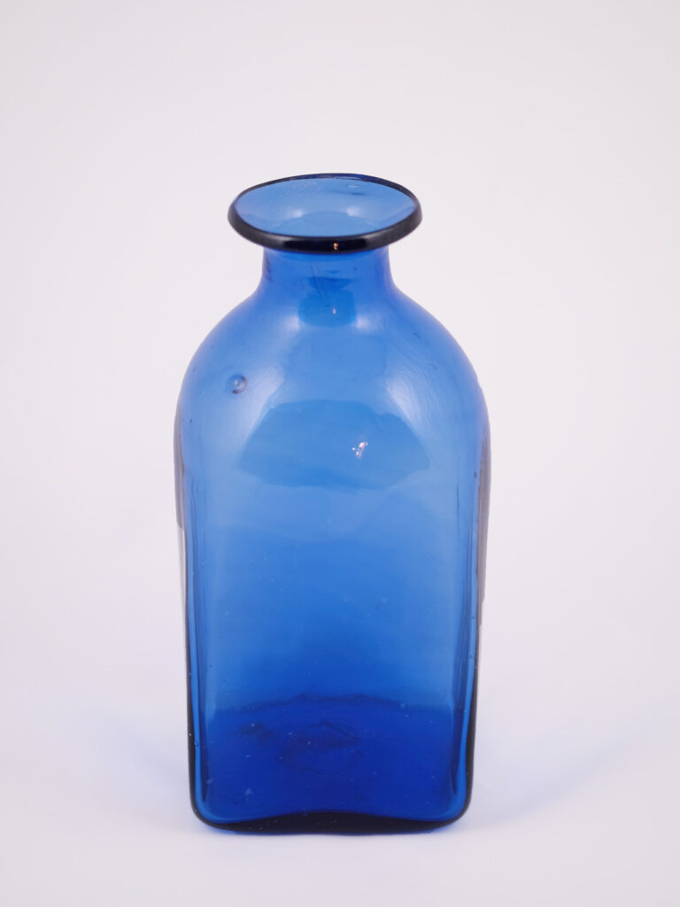 mundgeblasene dunkelblaue kleine Glaskaraffe