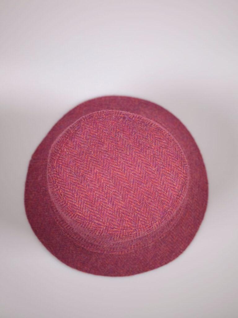 pinkfarbener handgearbeiteter Bucket Hat aus Harris Tweed