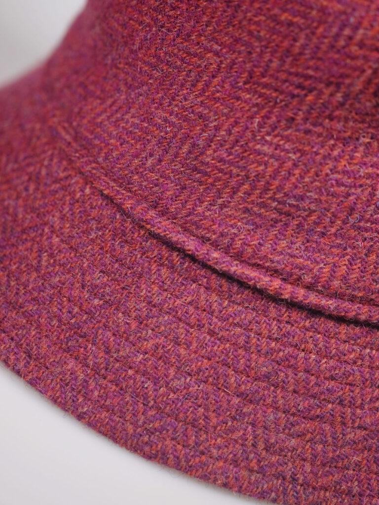 pinkfarbener handgearbeiteter Bucket hat Harris Tweed detail