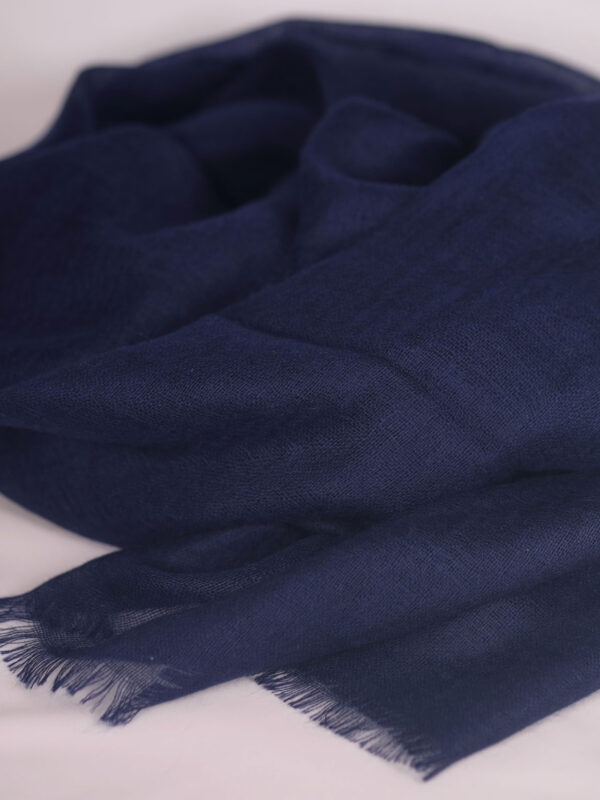 navyfarbener handgewebter und fair produzierter Kaschmirschal