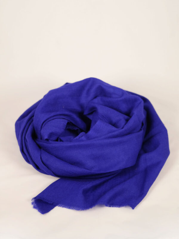 handgewebter royalblauer fair trade Schal aus feinstem Materialmix