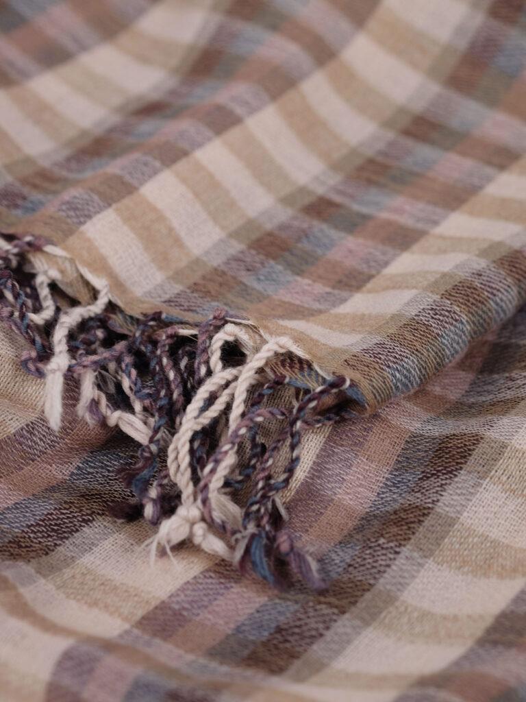 handgewebter karierter Schal aus Merinowolle in pflaume beige Tönen