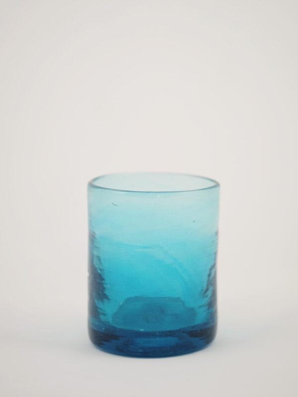 Türkisfarbenes mundgeblasenes Trinkglas inspiriert vom 50er Jahre Design in Murano.