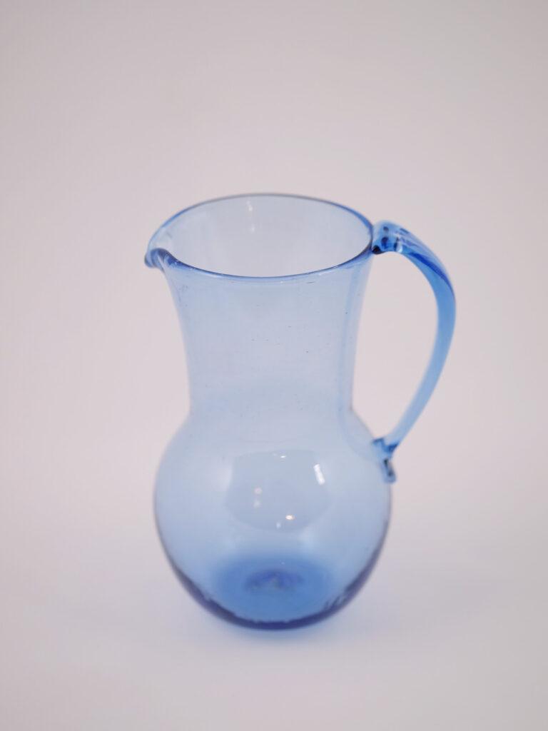 mundgeblasener kleiner blauer krug