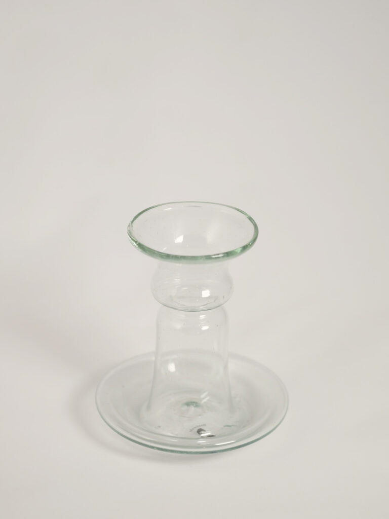 Mundgeblasener kleiner Kerzenhalter aus recyceltem Glas, transparent