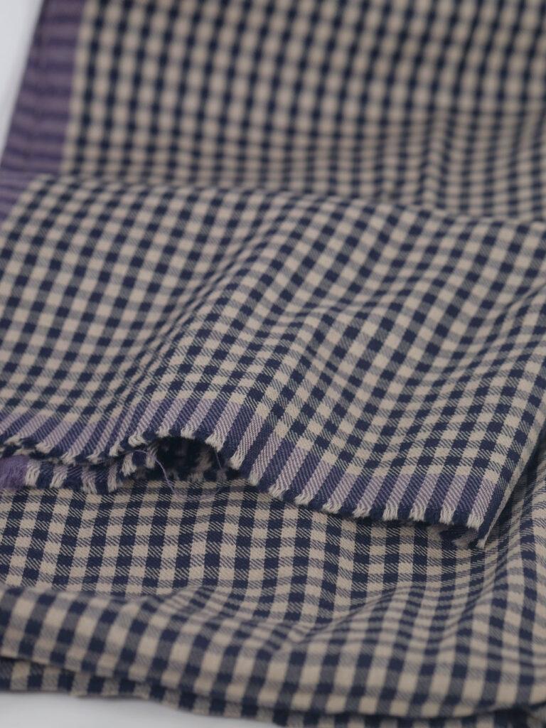 handgewebter karierter unisex schal aus merinowolle mit seitlichen webkanten in navy ecru tönen