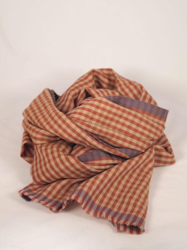 handgwebter karierter Schal aus Merinowolle in rost und ecru Tönen