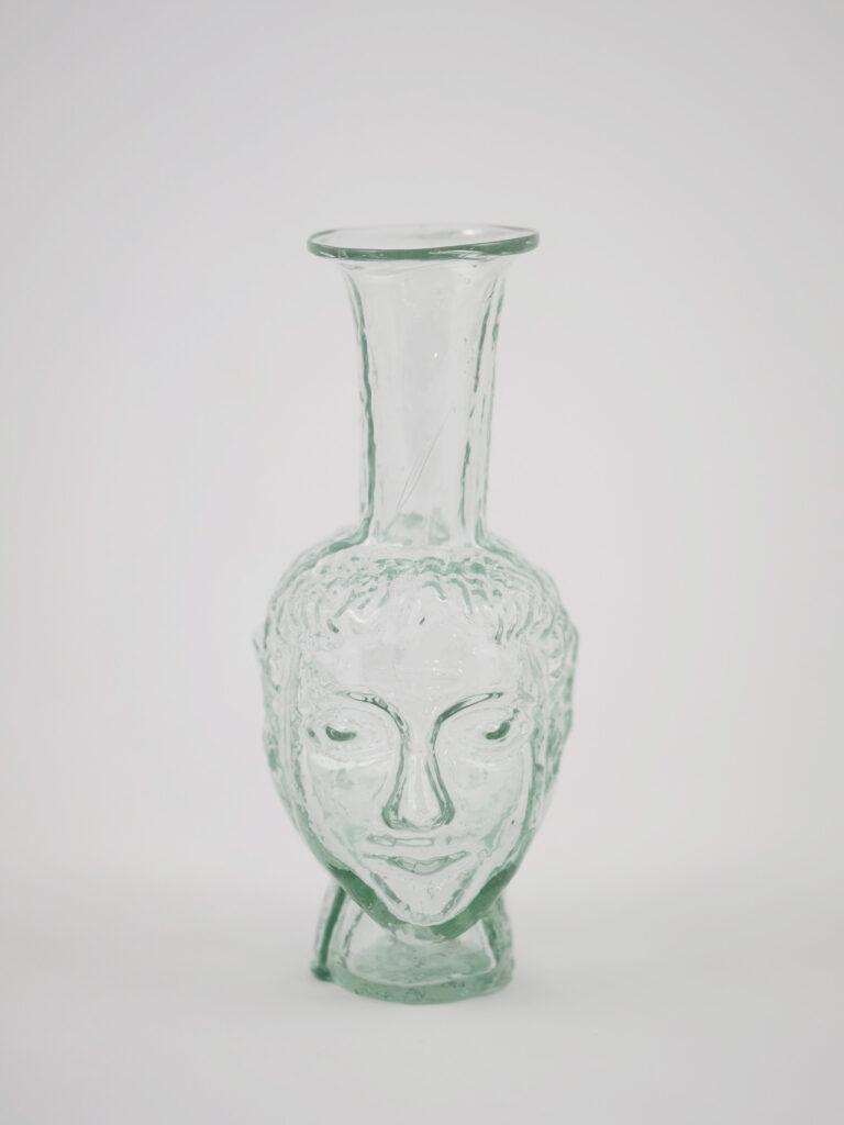 Kleine mundgeblasene Vase aus recyceltem Glas mit Kopfform, transparent