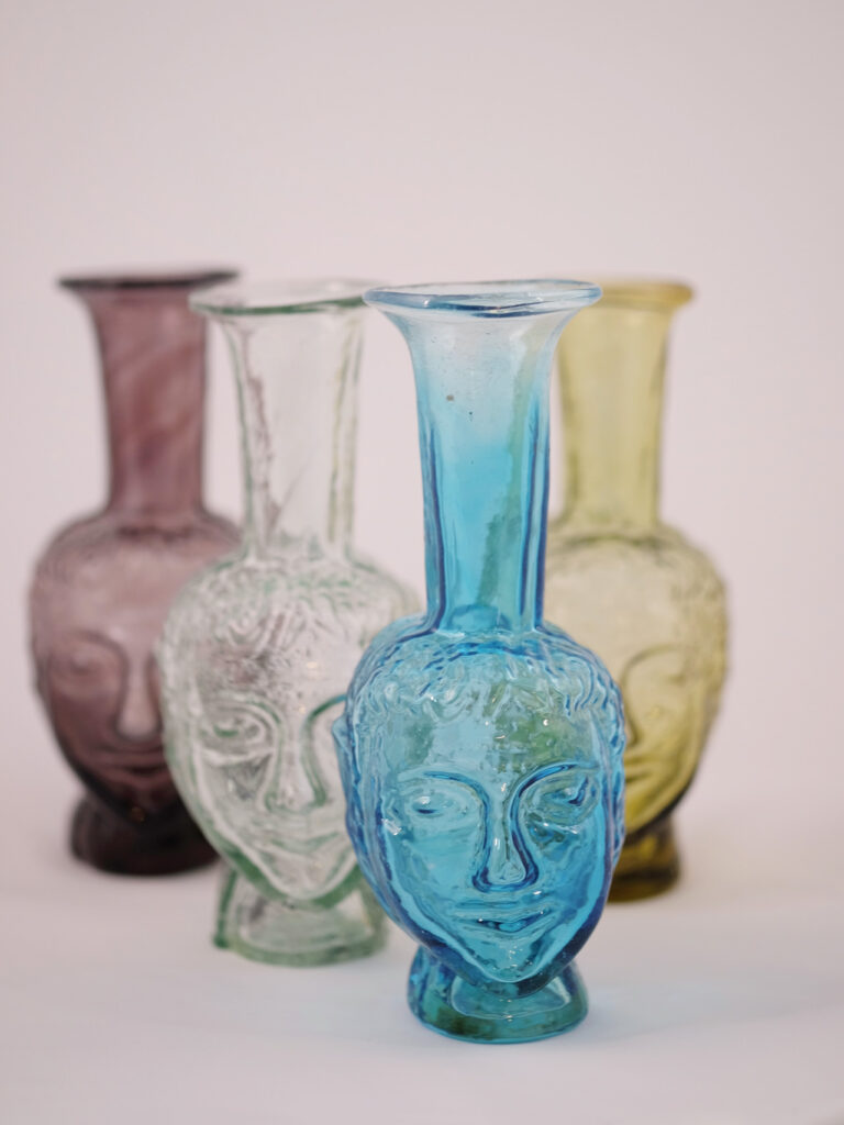 Kleine mundgeblasene Vasen aus recyceltem Glas