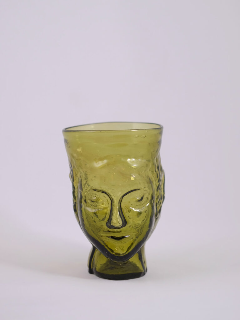 mundgeblasenes Glas mit Kopfform, olivgrün