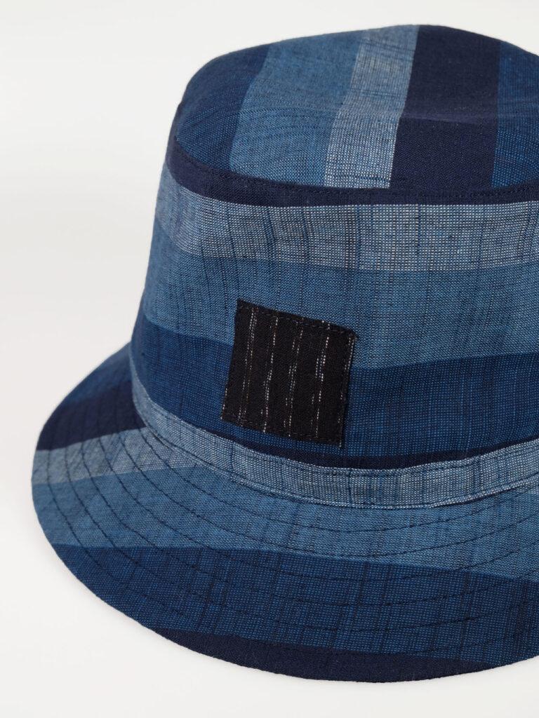 leichter Bucket Haut aus japanischer Aizu Baumwolle blaue breite Streifen Detailaufnahme Applikation