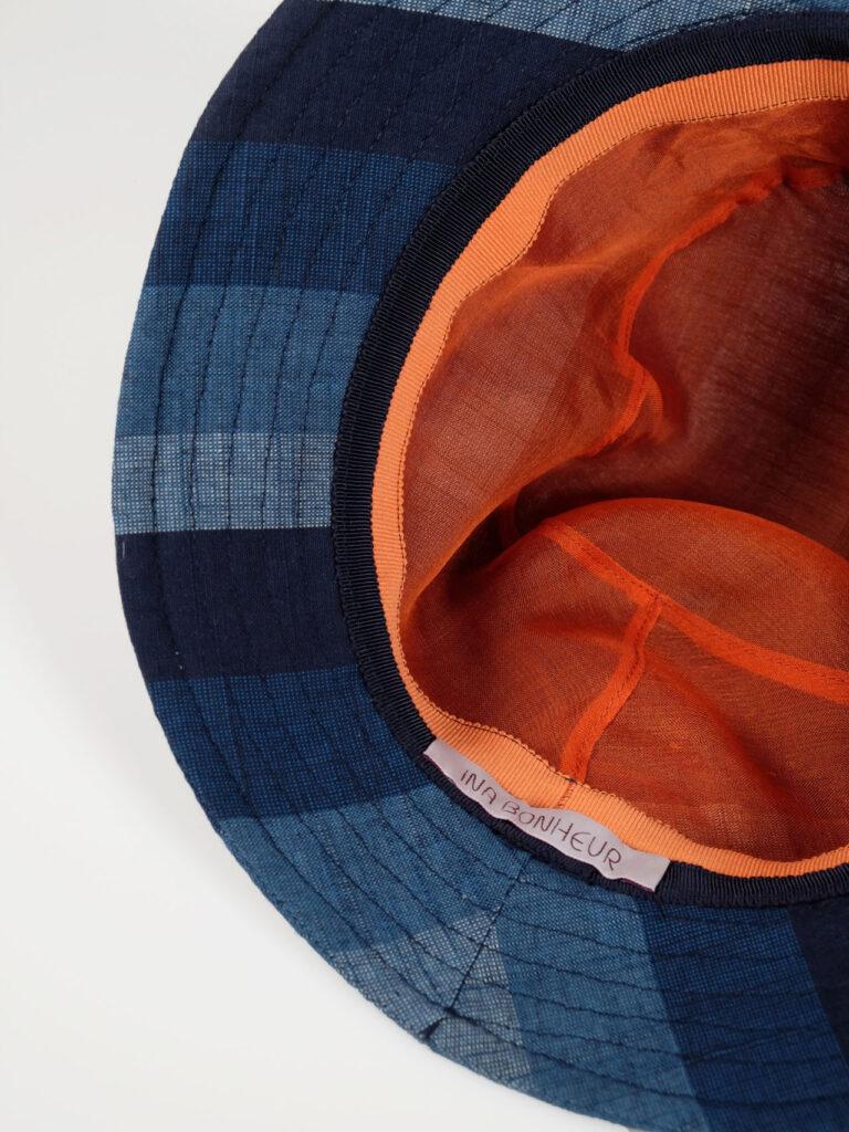 leichter Bucket Haut aus japanischer Aizu Baumwolle blaue breite Streifen Innenfutter Seidenorganza orange