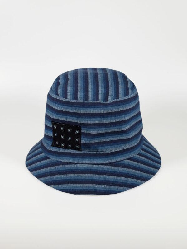 In unserem Atelier gefertigter leichter Bucket Hat aus japanischer Aizu Baumwolle blaue schmale Streifen