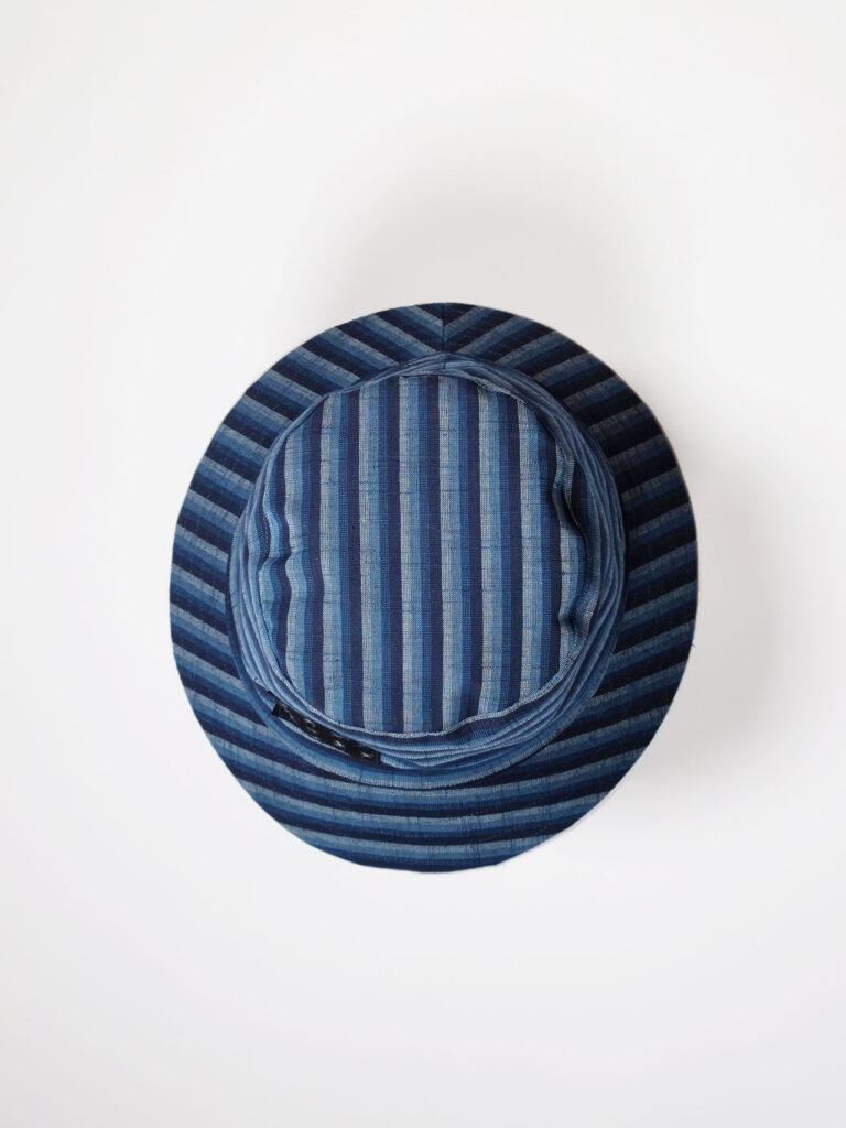 leichter Bucket Hat aus japanischer Aizu Baumwolle mit schmalen blauen Streifen, Aufnahme von oben