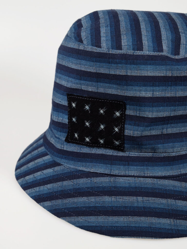 In unserem Atelier gefertigter leichter Bucket Hat aus japanischer Aizu Baumwolle blaue schmale Streifen Detailaufnahme
