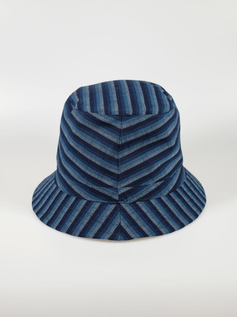 In unserem Atelier gefertigter leichter Bucket Hat aus japanischer Aizu Baumwolle blaue schmale Streifen Aufnahme von hinten