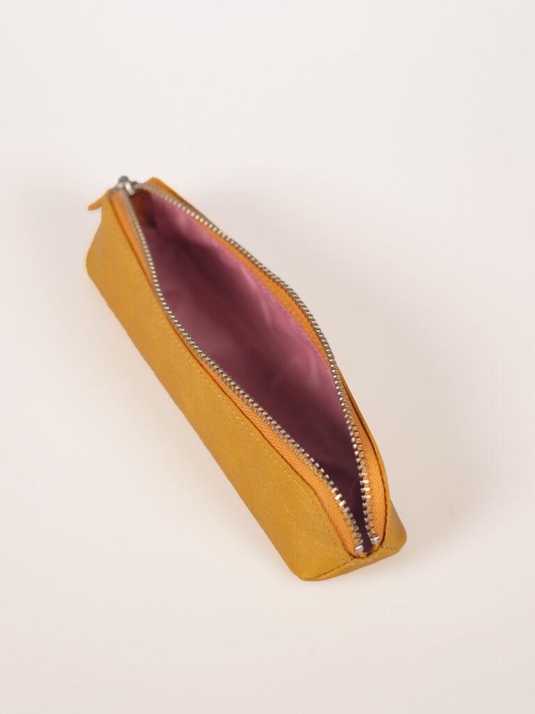 schmales knallgelbes Stifteetui aus Leder