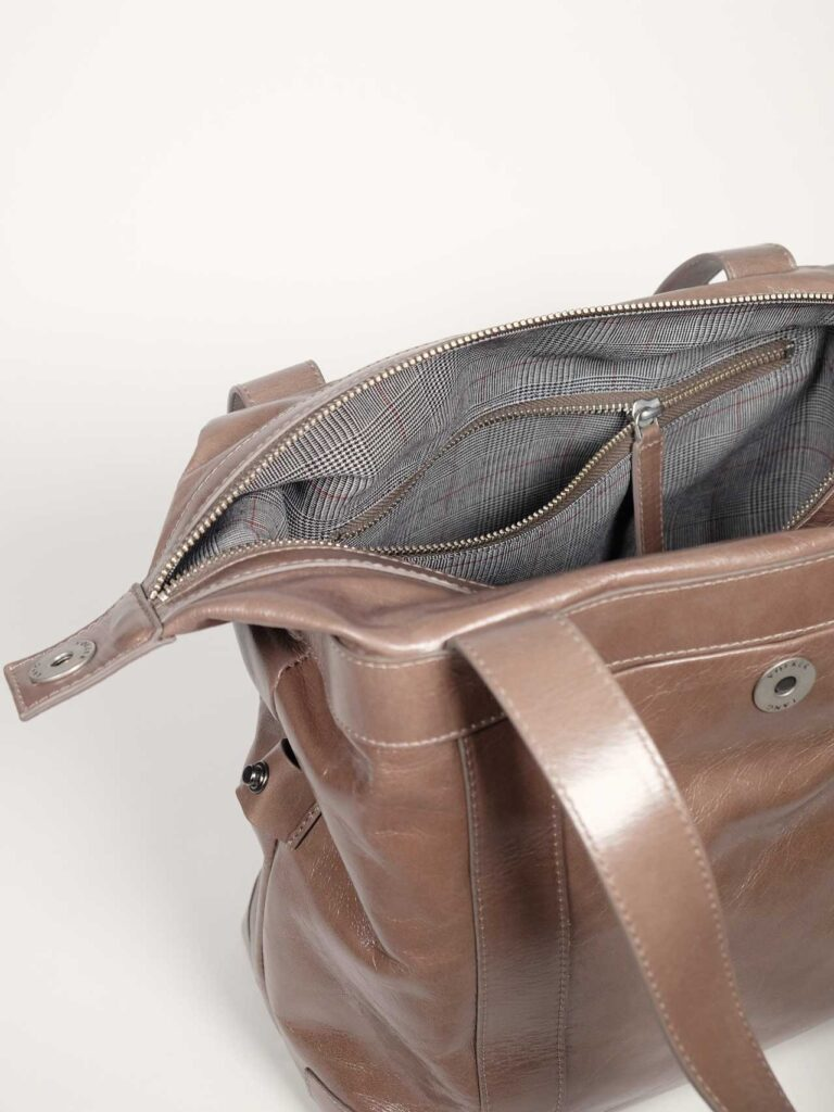 geräumige Schultertasche aus taupefarbenem Leder für Business und Alltag Detail Glencheckinnenfutter