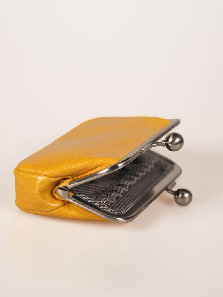 nostalgische Minibügelbörse oder Portemonnaie aus gelbem Leder Detail Futter Glencheck