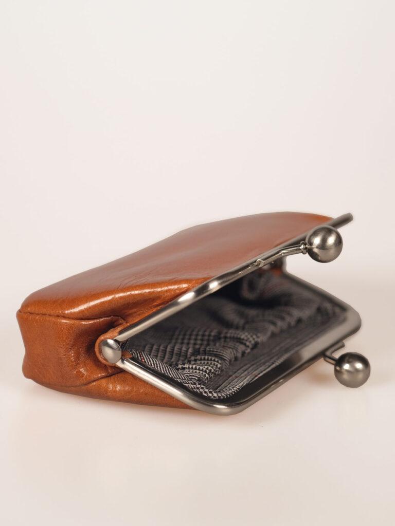 nostalgische kleine Bügelbörse oder Portemonnaie aus whiseyfarbenem Leder Detail Glencheckfutter