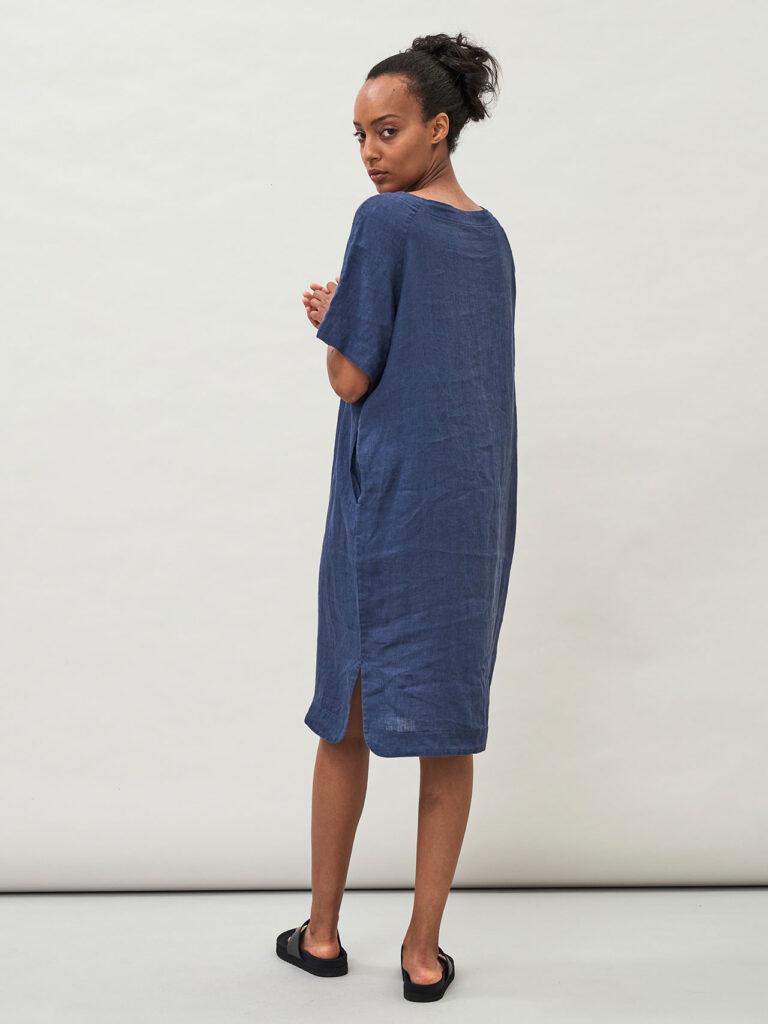 Lässiges, gerade geschnittenes Leinenkleid mit kurzen weiten Raglanärmeln, Brustabnähern und zwei Seitentaschen, indigo