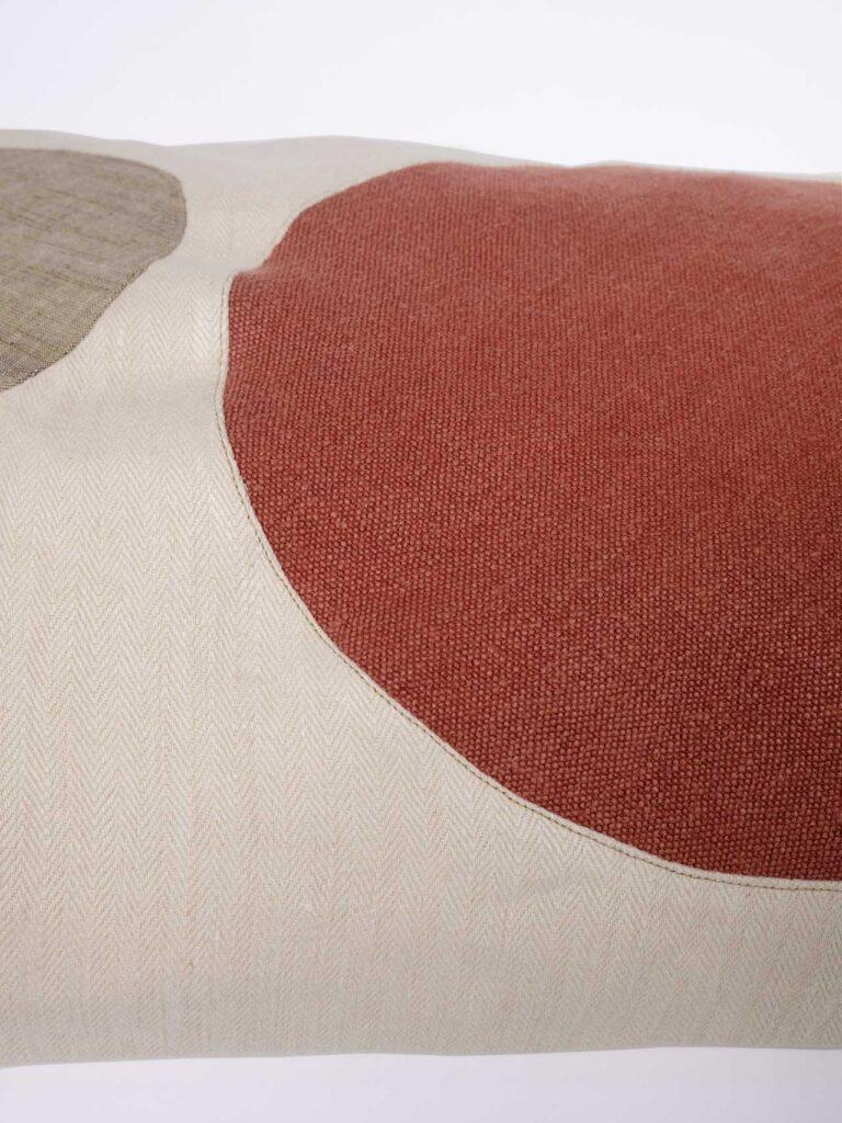Handgearbeites Kissen aus Hanf mit Applikationen. Füllung aus hochwertigen Schurwollkügelchen inklusive.