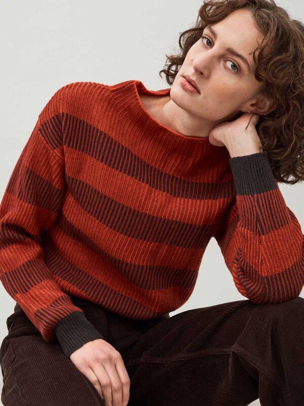 Mehrfarbiger Pullover mit Trichterkragen aus hochwertiger Lammwolle.Burnt sienna.